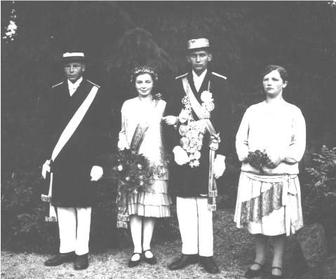Das Königspaar 1928/1929 Josef Lehmenkühler (Rappel) und Maria Simon (Killing) mit dem Königsadjutanten Albert Kemper (Kirche) und der Hofdame Maria Lehmenkühler / Harrenkamp (Wilmes)