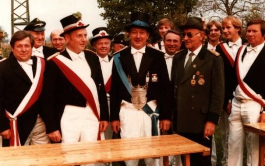 Der Störmeder Kreisschützenkönig Alfred Tweer (Mitte) mit Theodor Müller (Königsadjudant), Heinrich Linnemann (Oberst), Franz Schwarte (Kreisvorstandsmitglied) und Heinrich Marks (Geschäftsführer)