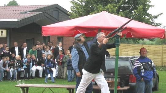 Vogelschießen am Schützenfestmontag Königsschuss 2004 König Klaus Marx