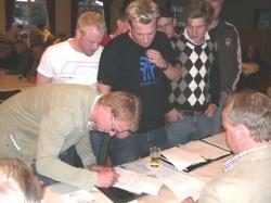 Philipp Maas-Peitzmeier unterzeichnet den Vertrag zum Vogelbauen