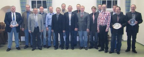 Das Foto zeigt den neuen Vorstand und die ausgeschiedenen Vorstandsmitglieder