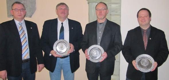 Peter Stephan (links) dankt den ausscheidenden Vorstandsmitgliedern Bernhard Harrenkamp, Klaus Linnemann und Thomas Maas für die sechsjährige Vorstandsarbeit