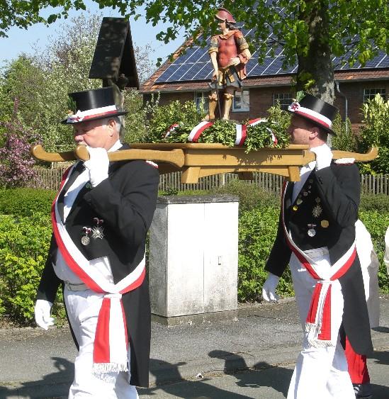 Major Josef Rieländer und Hallenmajor Heinz Georg Stücker tragen die Figur des Schutzpatrons während der Prozession