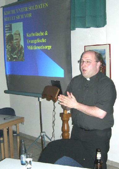 Militärpfarrer Pater Stephan Schmuck während des Vortrages