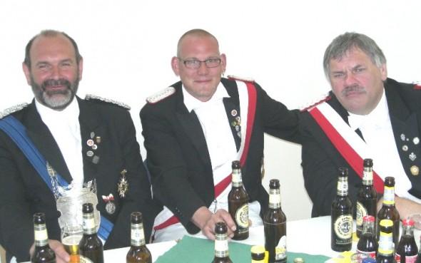 (von links) König Werner Harrenkamp, Adjutant Jörg Passmann und Platzmajor und gleichzeitig Hofherr Bernhard Harrenkamp genießen den Vormittag