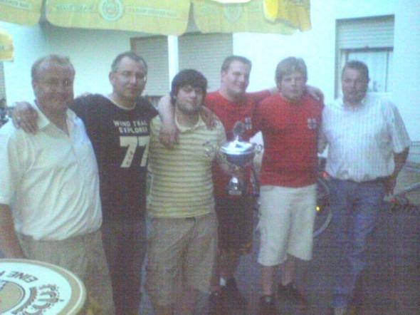 Dominik Kölling in der Mitte mit Vorstandsmitgliedern und weiteren Jungschützen