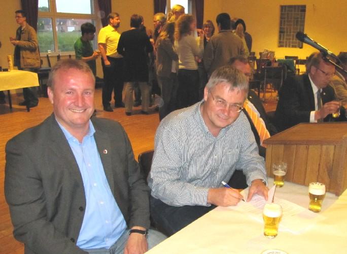Vogelbauer Franz-Josef Schwarte bei der Vertragsunterzeichnung mit dem Geschäftsführer der Bruderschaft Winfried Mass-Scheck