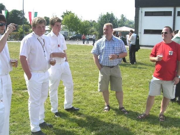 Die Jungschützen vor dem Schießen mit den für sie zuständigen Ansprechpartnern Winfried Maas und Thomas Maas