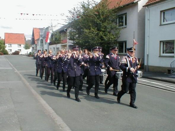 Das Tambourkorps Störmede läutet den Start des Schützenfestes ein