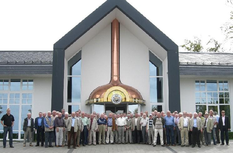 Das Foto zeigt die Teilnehmer vor dem Besucherzentrum der Warsteiner Brauerei